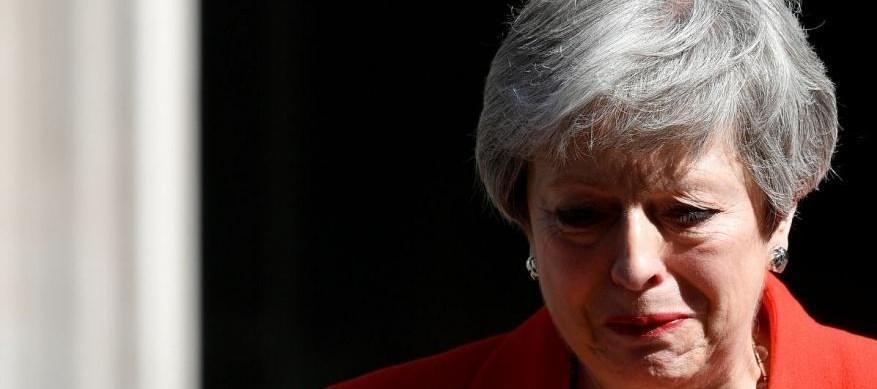 اشک ترزا می هنگام اعلام استعفا +عکس و فیلم